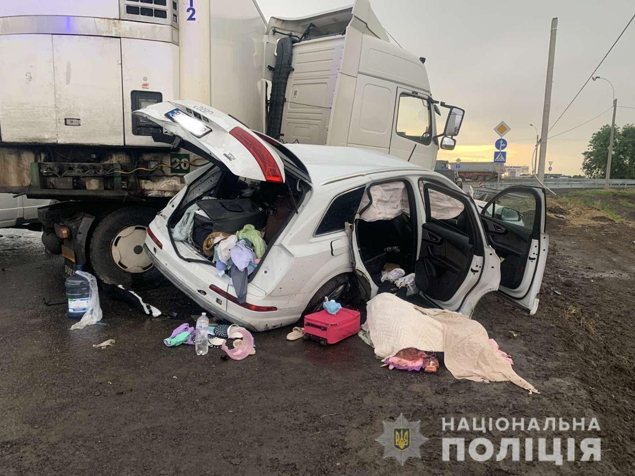 """На Херсонщині в ДТП загинув """"свободівець"""" із сім'єю: одну дитину рятують лікарі. Фото"""
