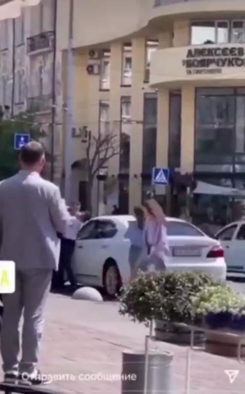 Водители сцепились у белого автомобиля