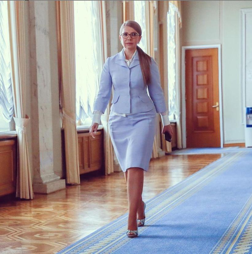 Юлія Тимошенко в блакитному костюмі