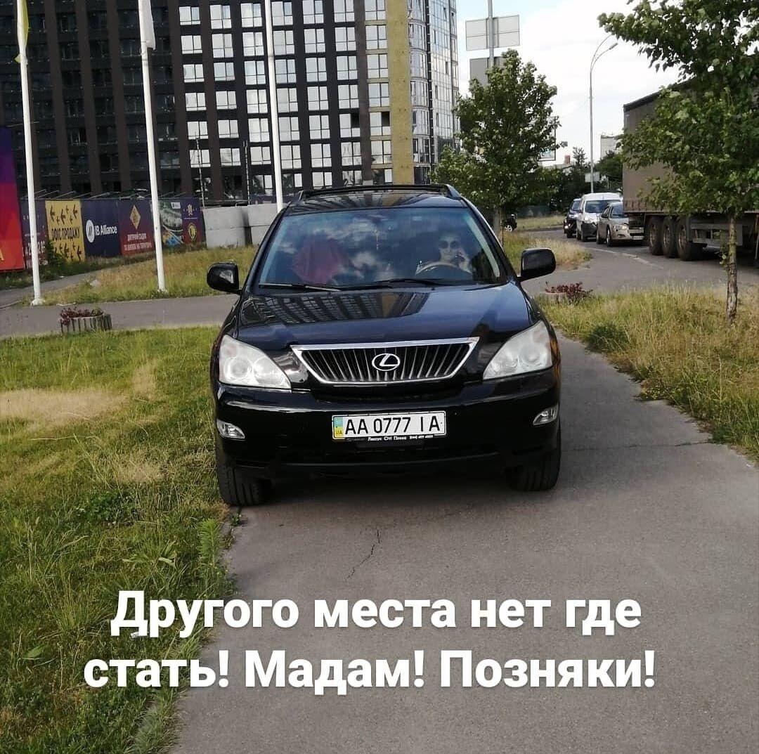 Водитель поставила машина прямо на тротуаре.