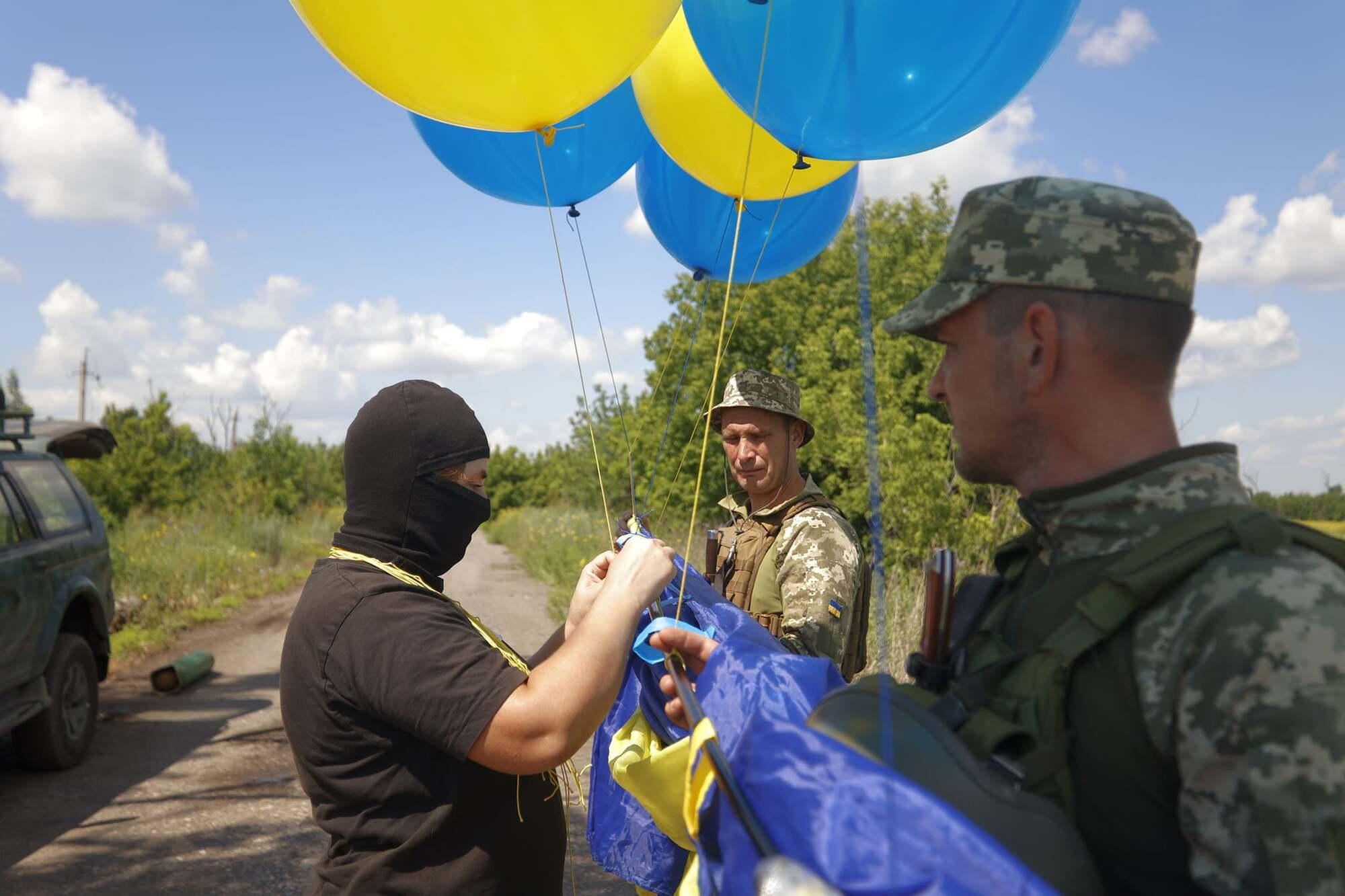 Величезний прапор України запустили на блакитних і жовтих кульках