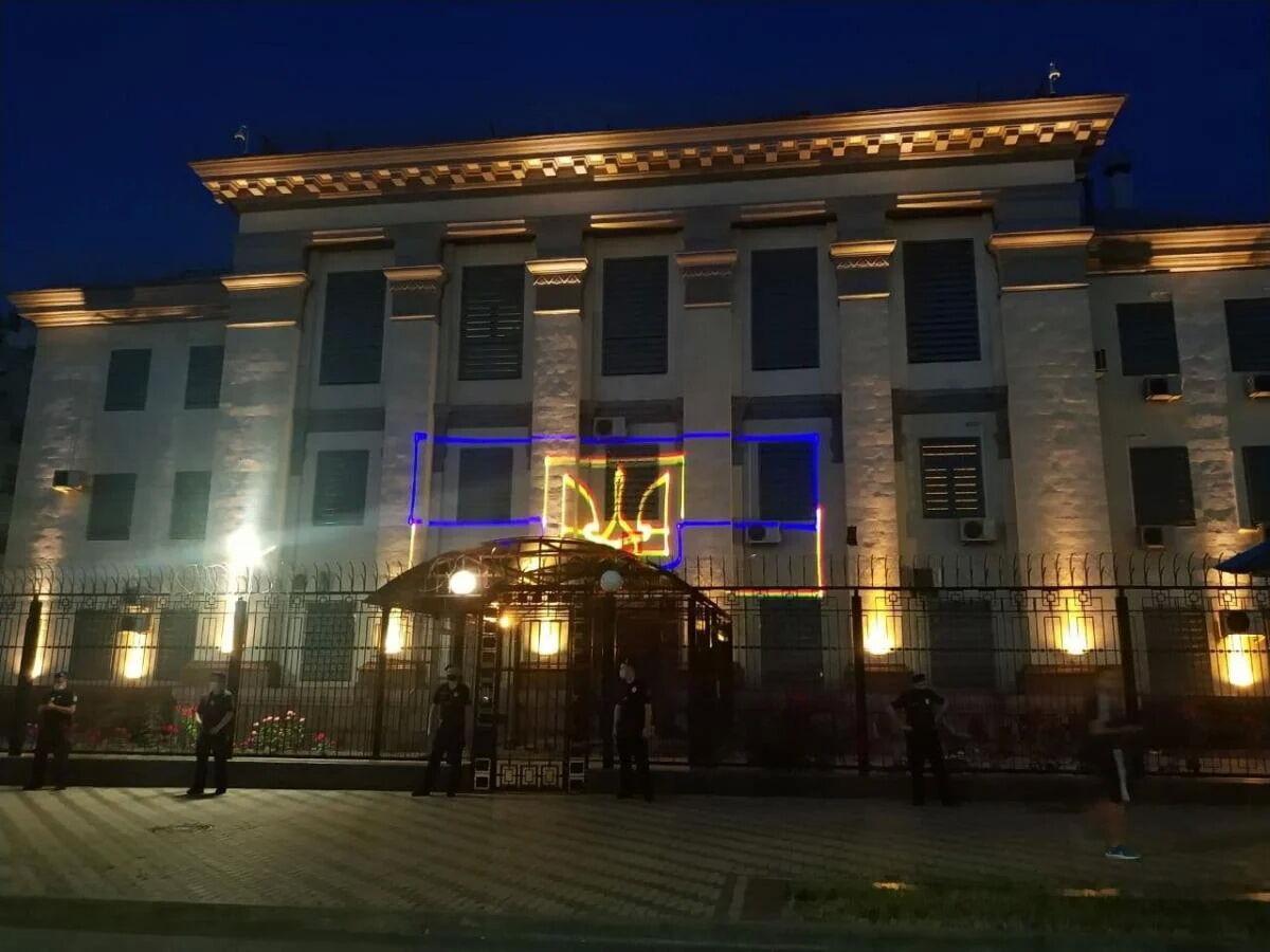Акция прошла возле стен посольства РФ в Киеве.