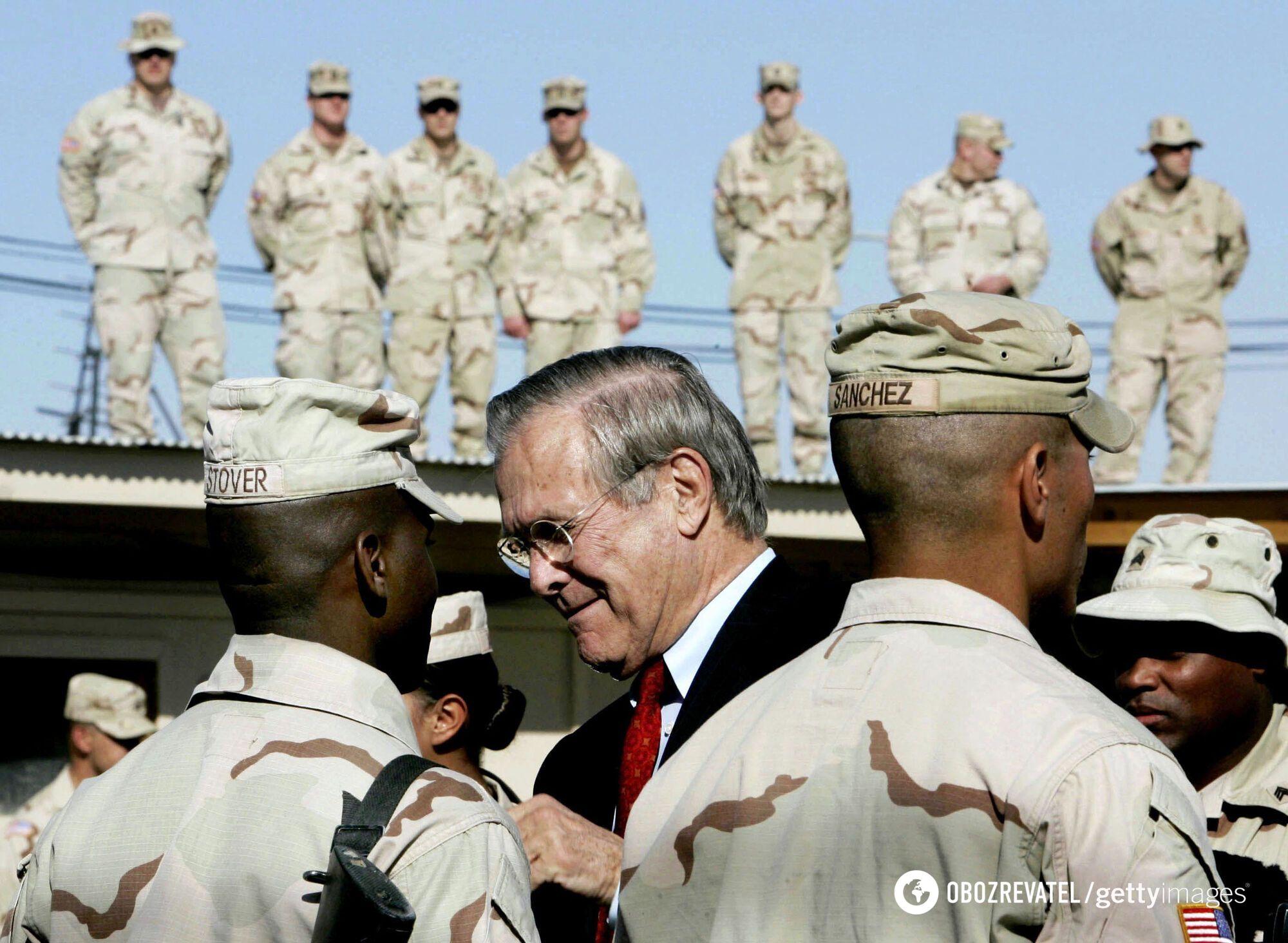 Рамсфелд з військовими в Іраку