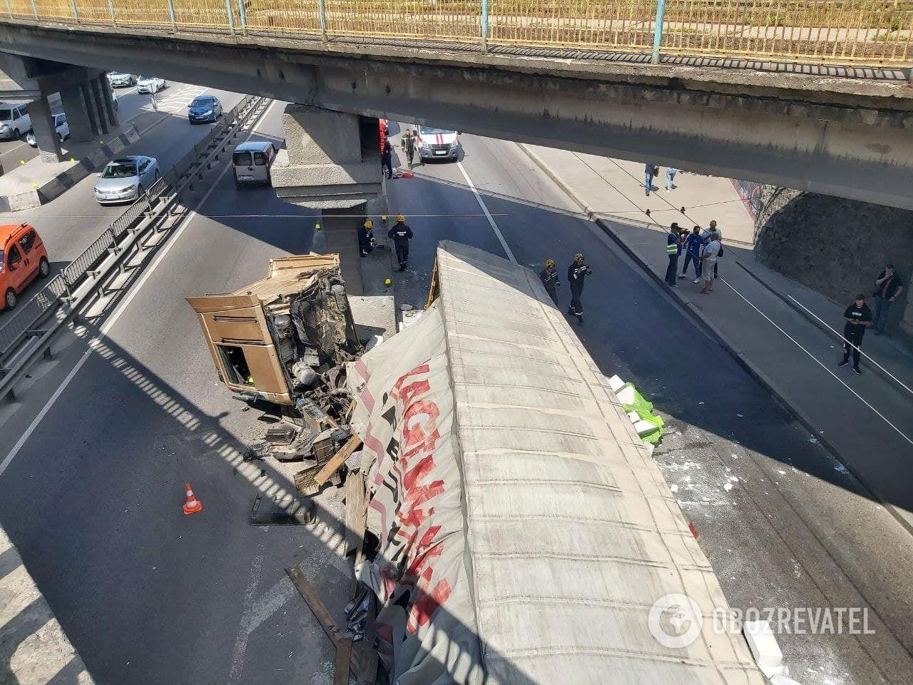 В КГГА заявили, что опоры моста не пострадали.