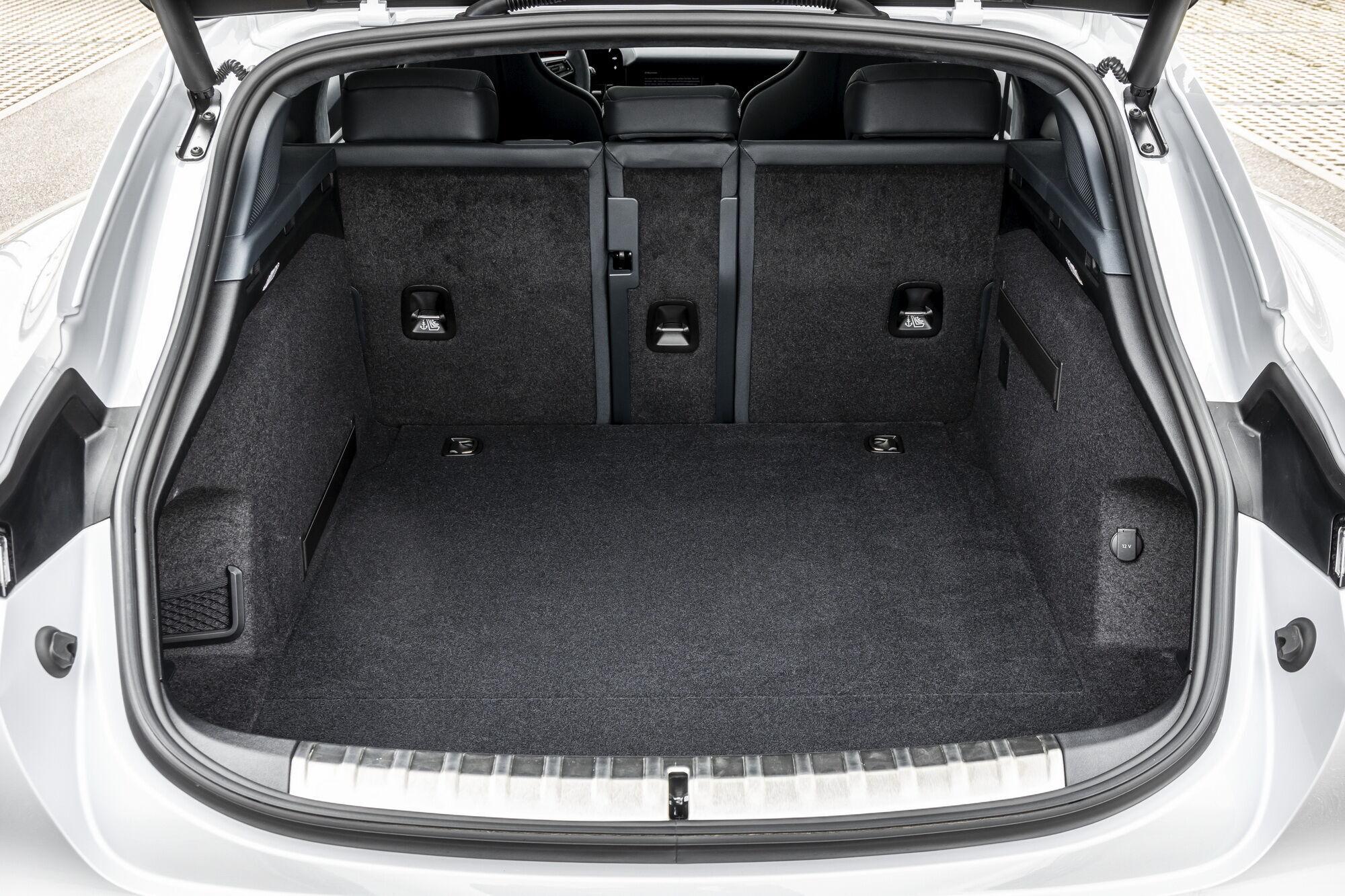 По сравнению с седаном дверь багажника стала шире и больше, что позволяет загружать более крупные предметы