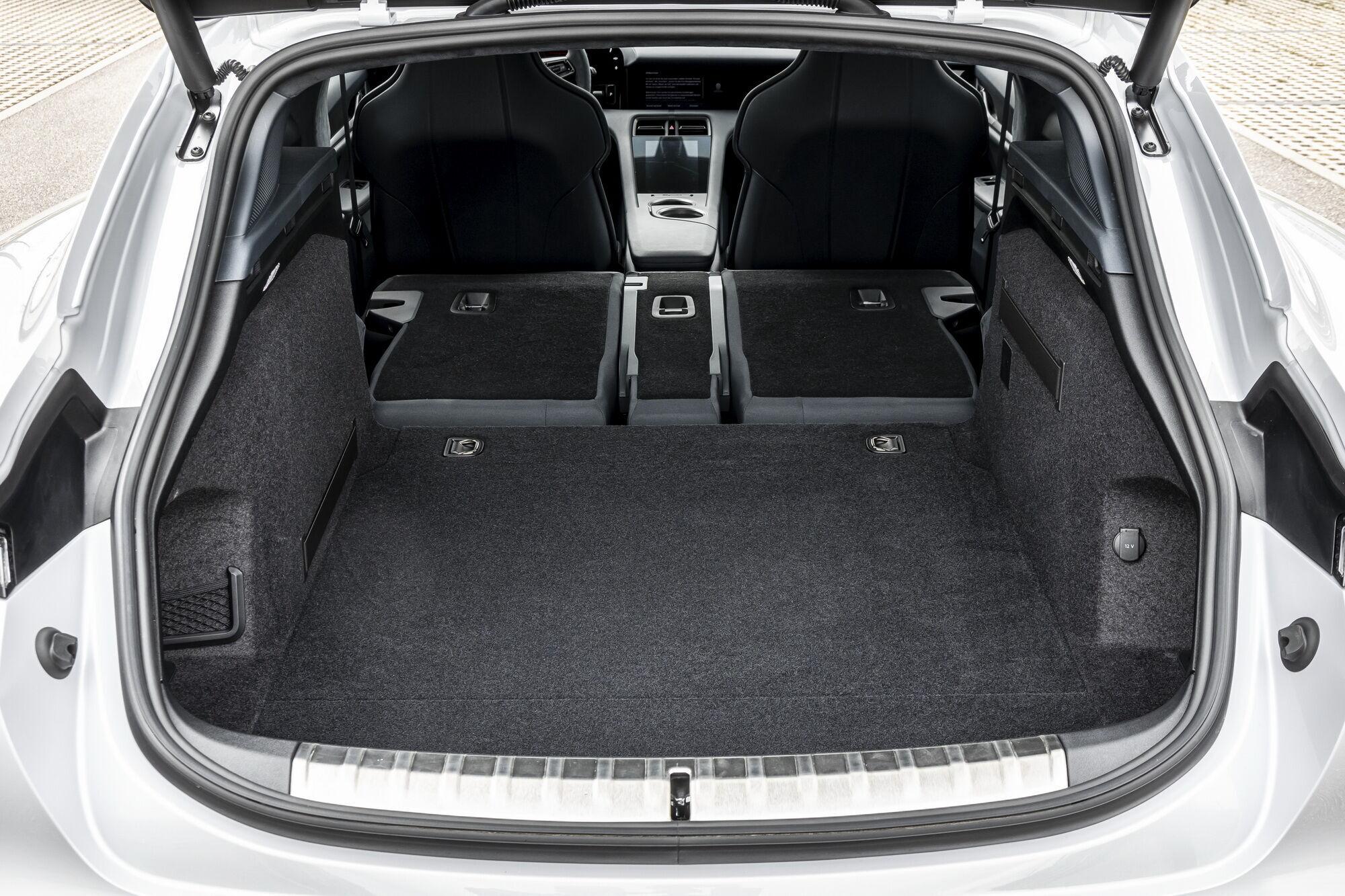 Объем багажного отделения может варьироваться в зависимости от положения заднего ряда сидений от 446 до 1212 л