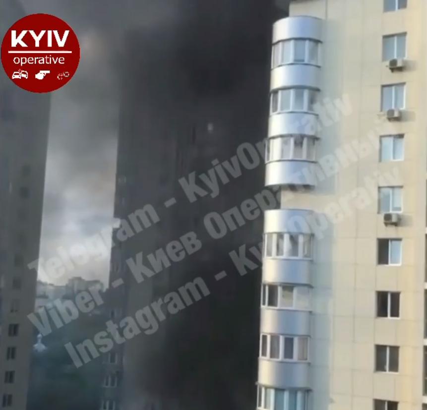 Чорний дим вкрив багатоповерхівку.