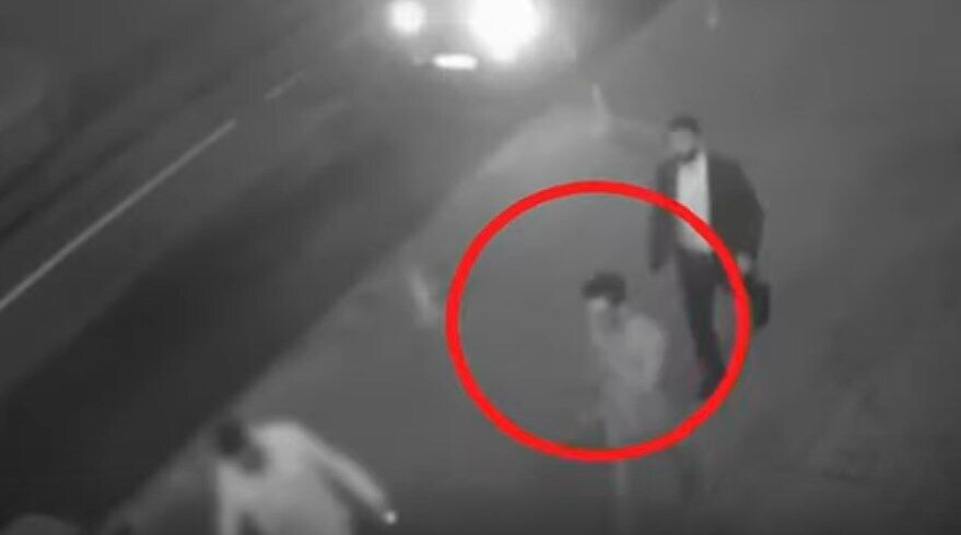 Злочинці ведуть англійця до автомобіля. Кадр із запису вуличної камери спостереження