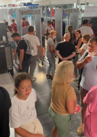 Туристи обурені, що аеропорт не припиняє приймати пасажирів.