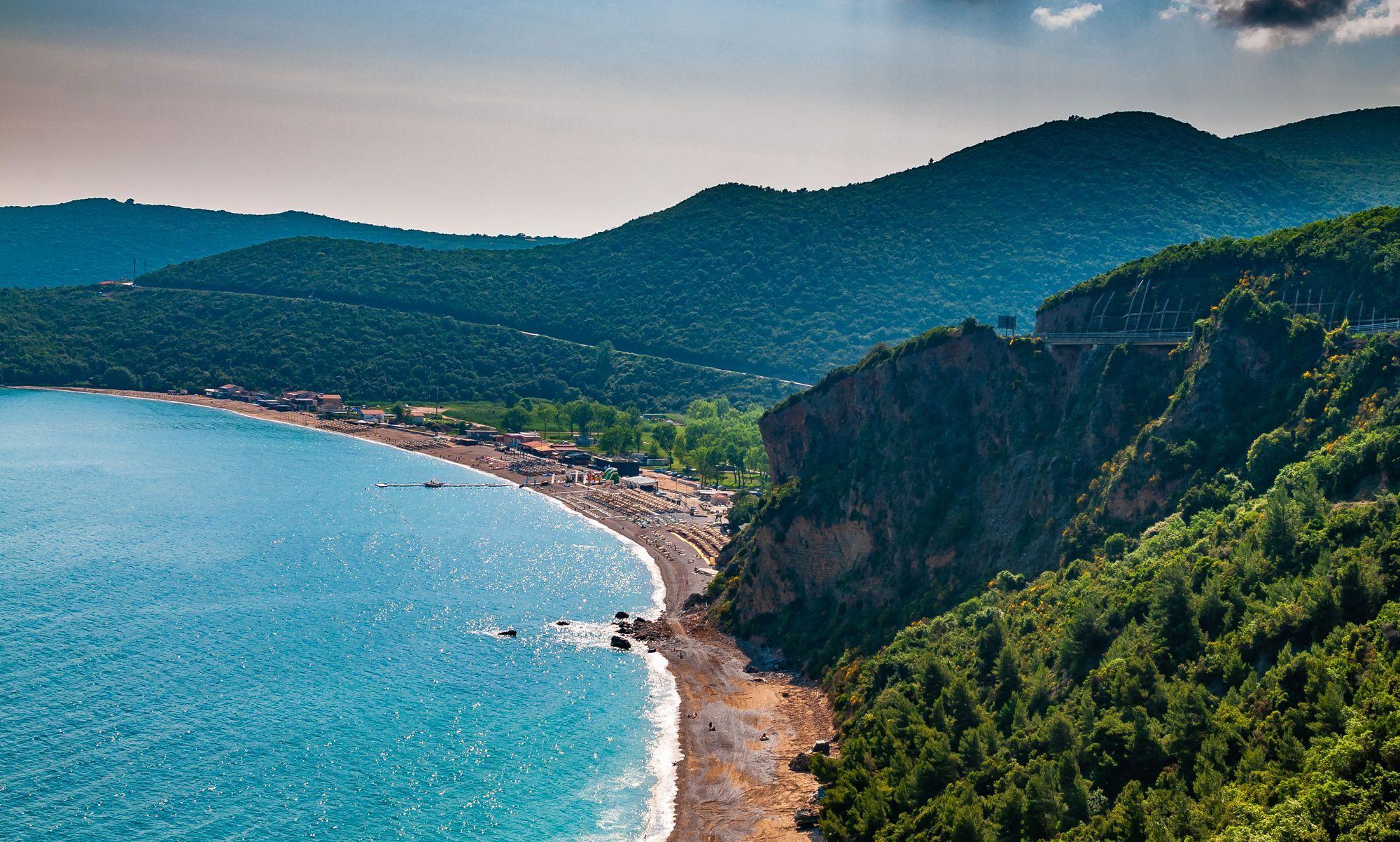 Этот пляж из гальки и песка до сих пор сохраняет атмосферу неразвитого курортного места