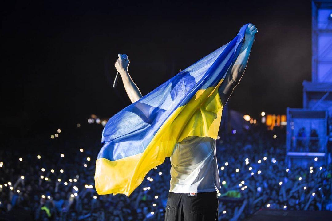 Вакарчук дістав український прапор.