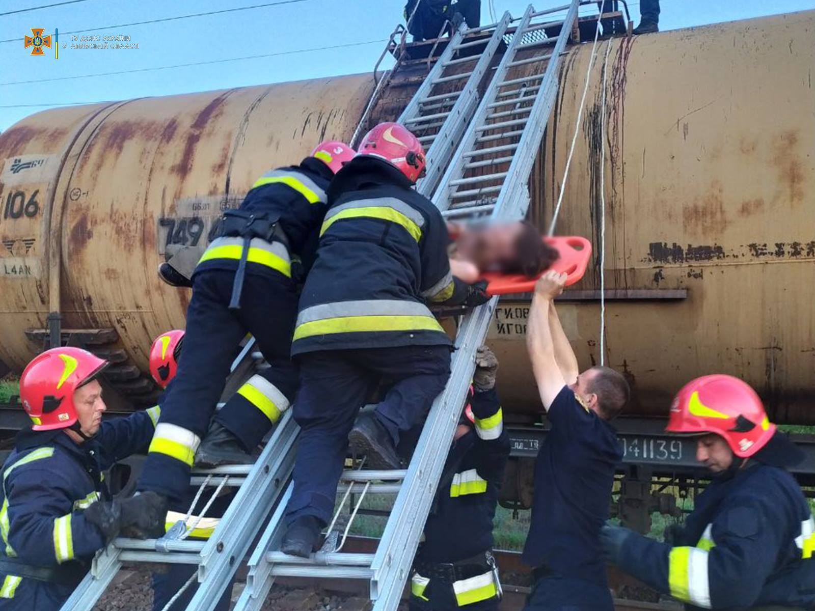 На месте работали спасатели.
