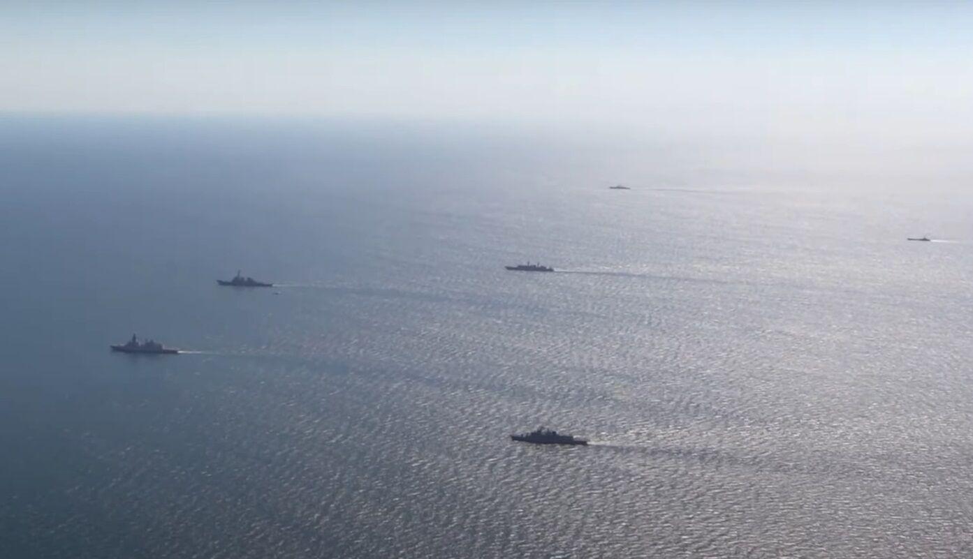 Шикування кораблів у морі.