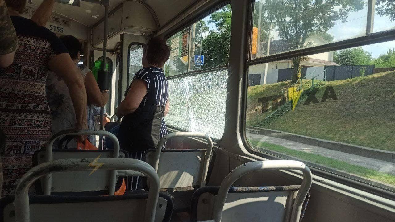 Розбите скло трамвая поранило чоловіка в салоні