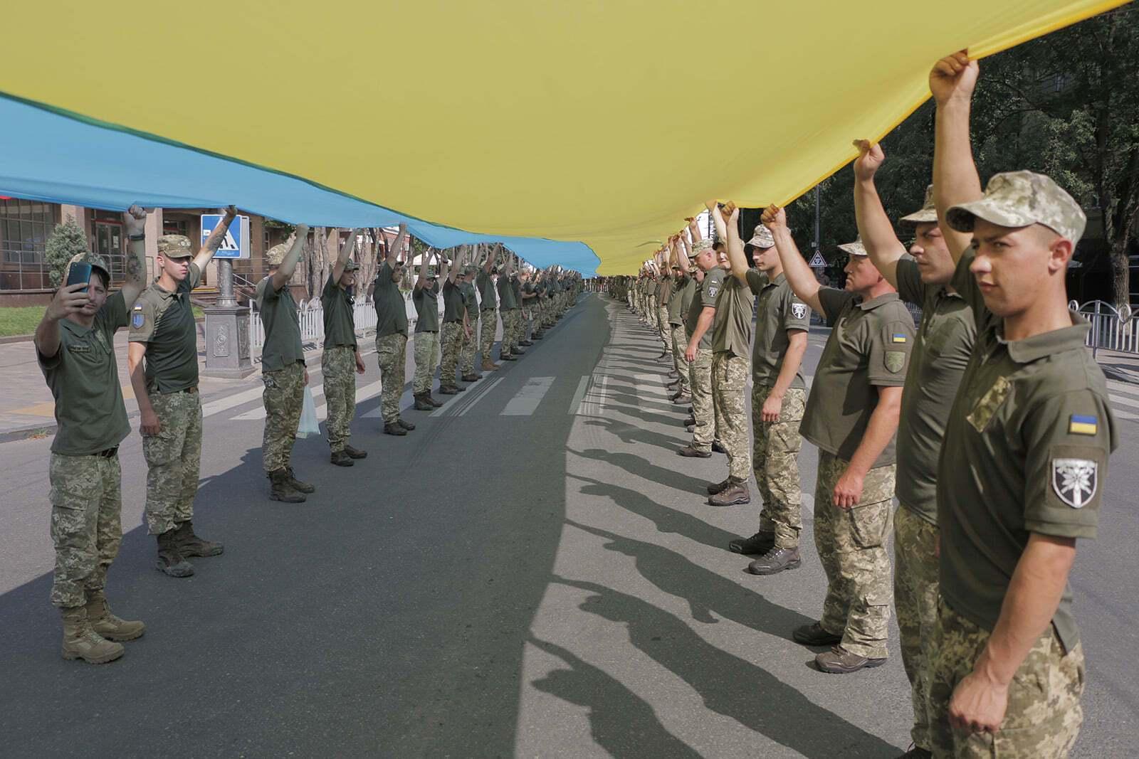 Военные развернули флаг Украины