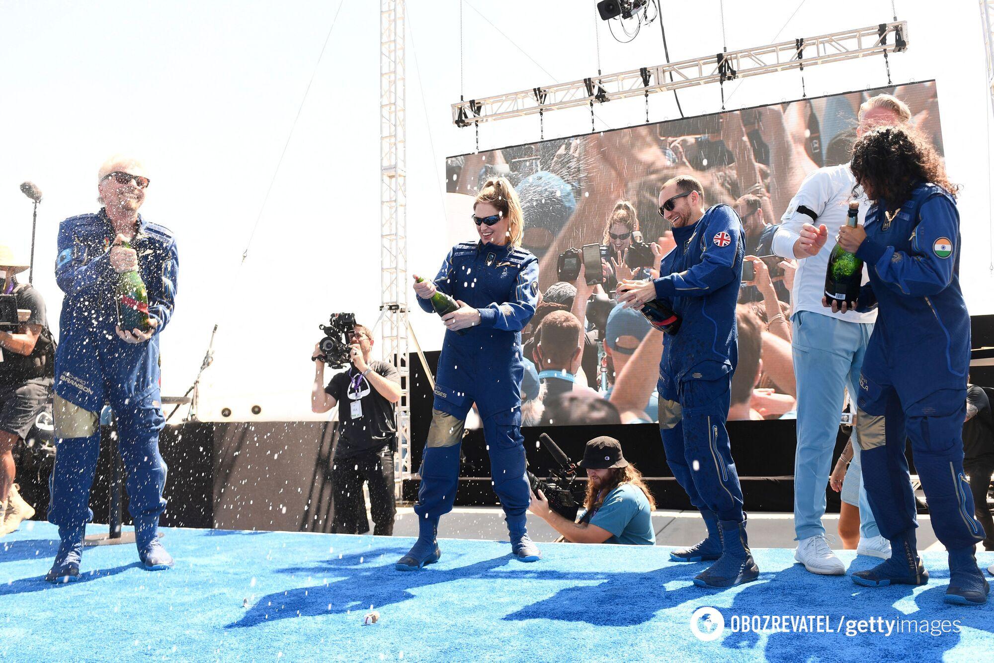 Брэнсон и другие пассажиры отмечают первый космический полет