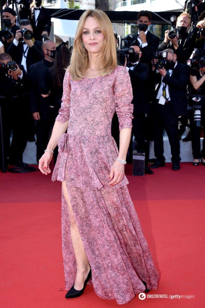 Ванесса Паради выбрала платье со смелым разрезом от Chanel