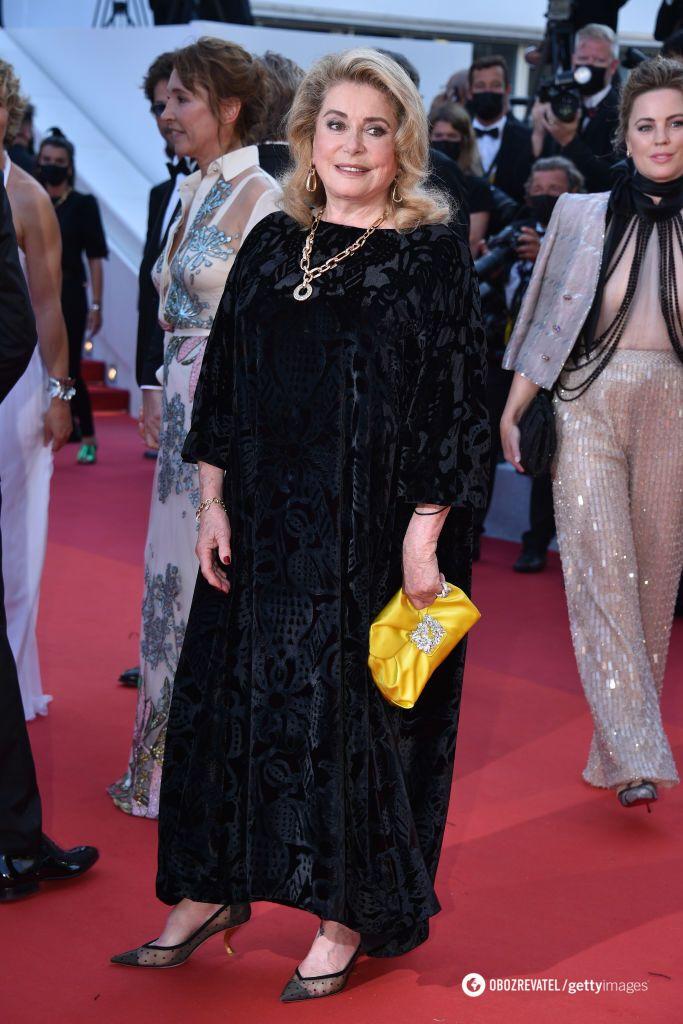 Катрин Денев облачилась в классический наряд от Dior