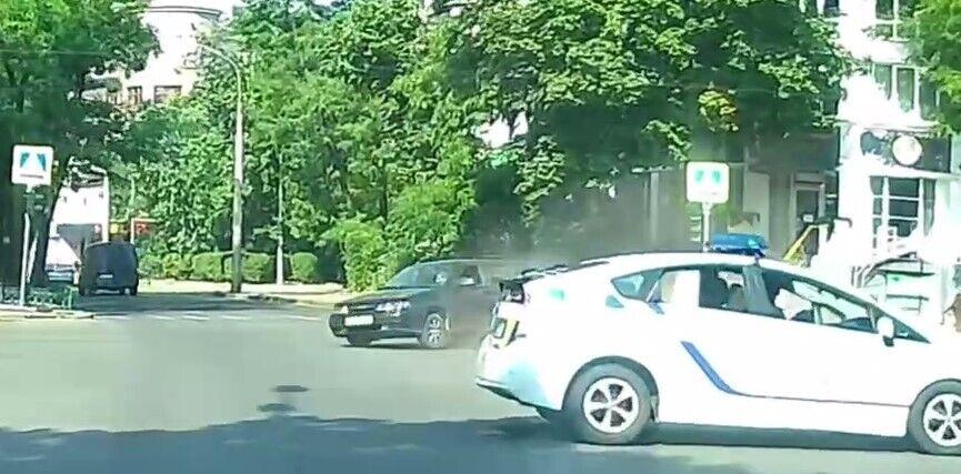 Від удару з поліцейським авто ВАЗ-2109 розвернуло на дорозі