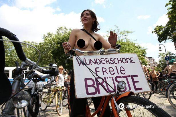 Жінки з оголеними грудьми влаштували протест.