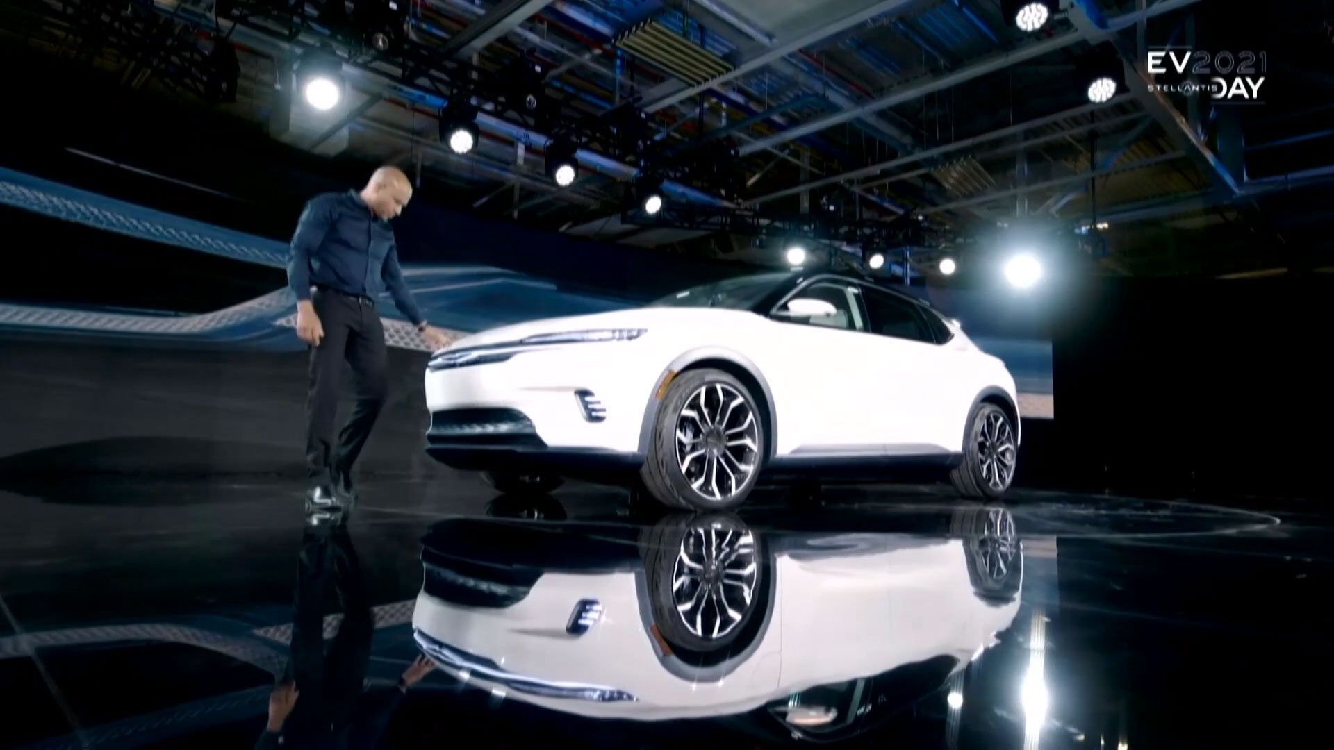 Шеф-дизайнер Chrysler Ральф Жиль представил концептуальный кроссовер на электротяге