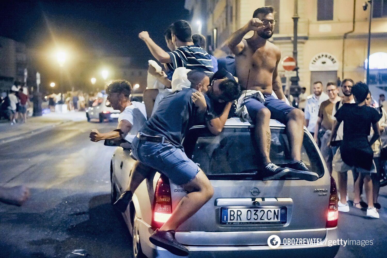 Фанати збірної Італії святкують перемогу.