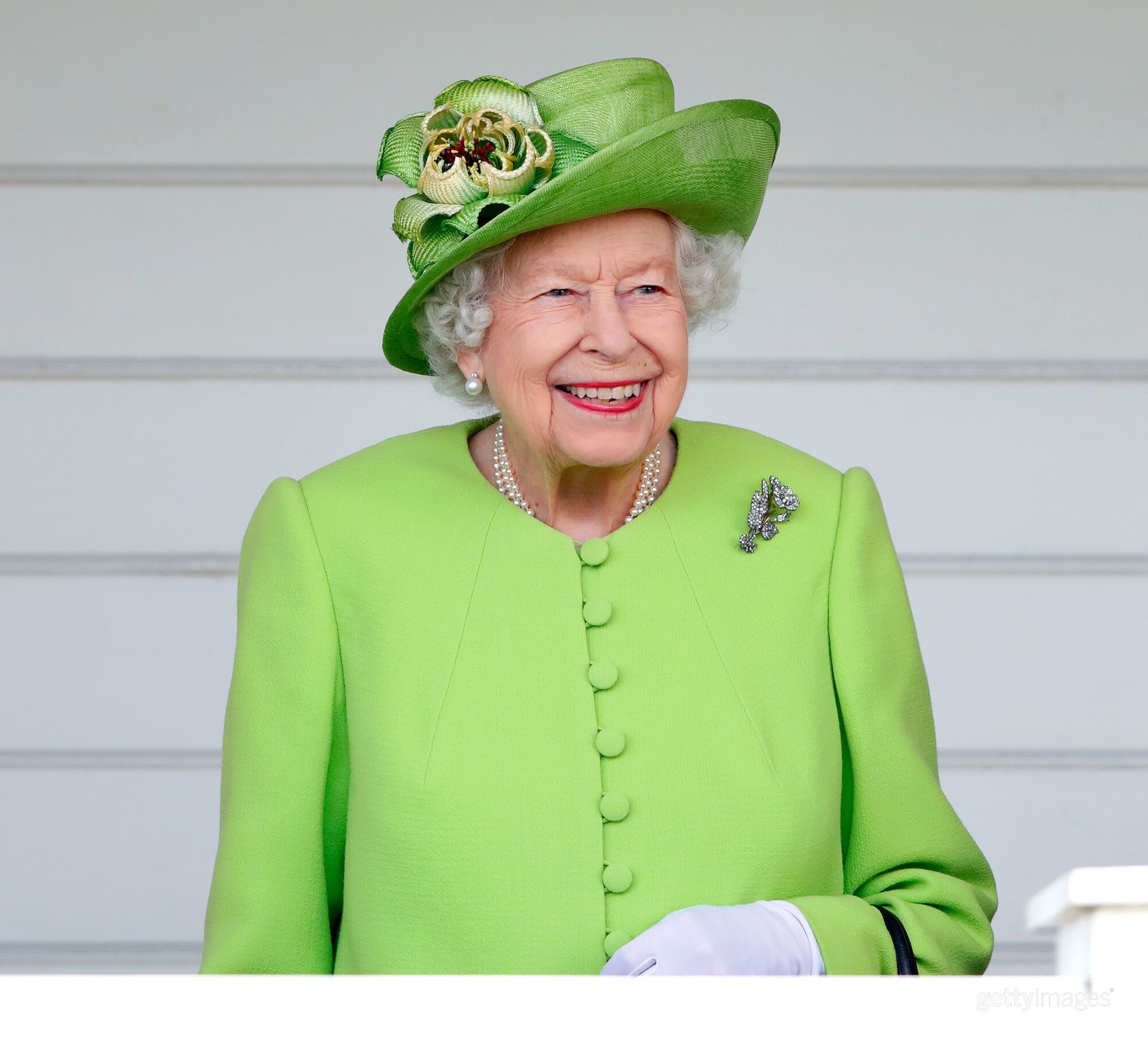Елизавета II в салатовом пальто.