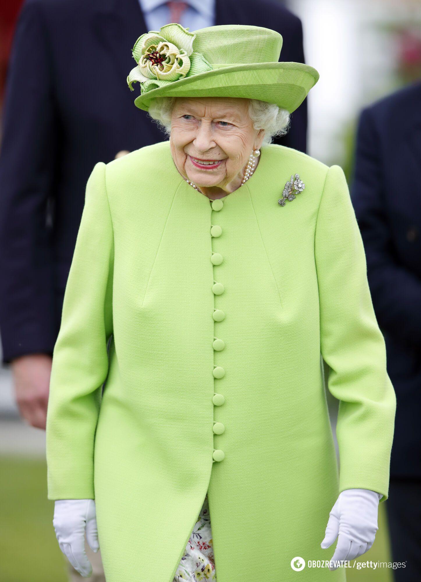 Елизавета II в салатовом пальто и цветочном платье.