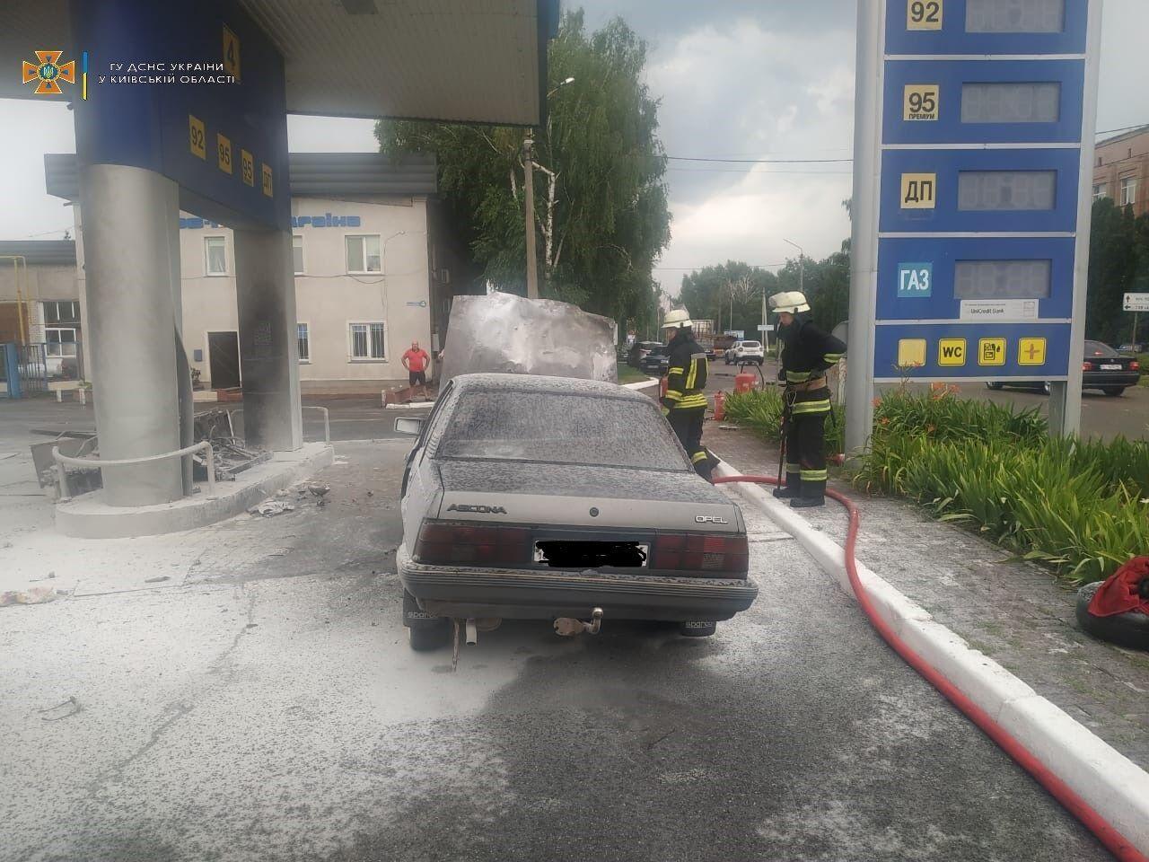 В результате аварии автомобиль загорелся.