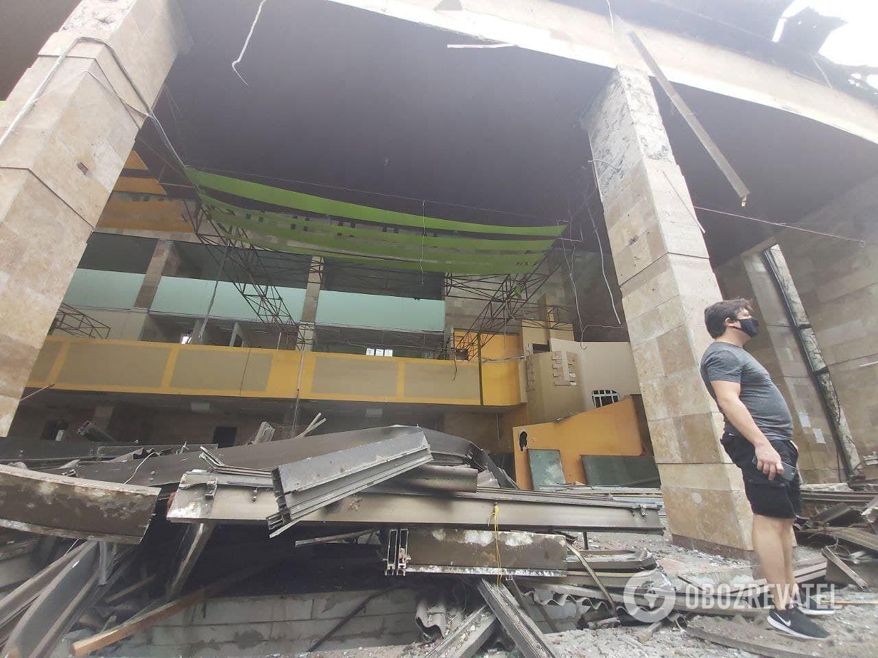 Спецтехніка взялася до демонтажу стіни будівлі.