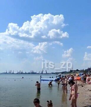 Люди в Бердянську не купаються