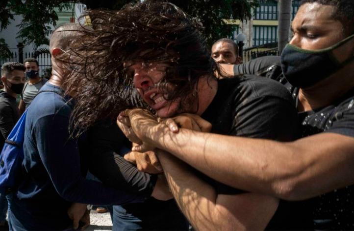 Столкновение митингующих с полицией .