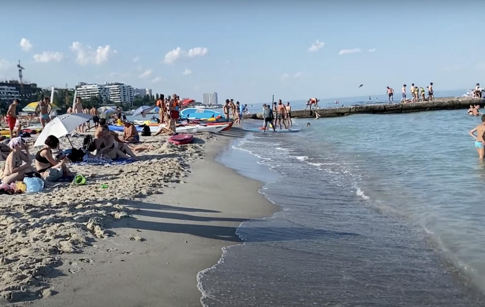 """На пляжі """"14 станція фонтана"""" чистіше море."""