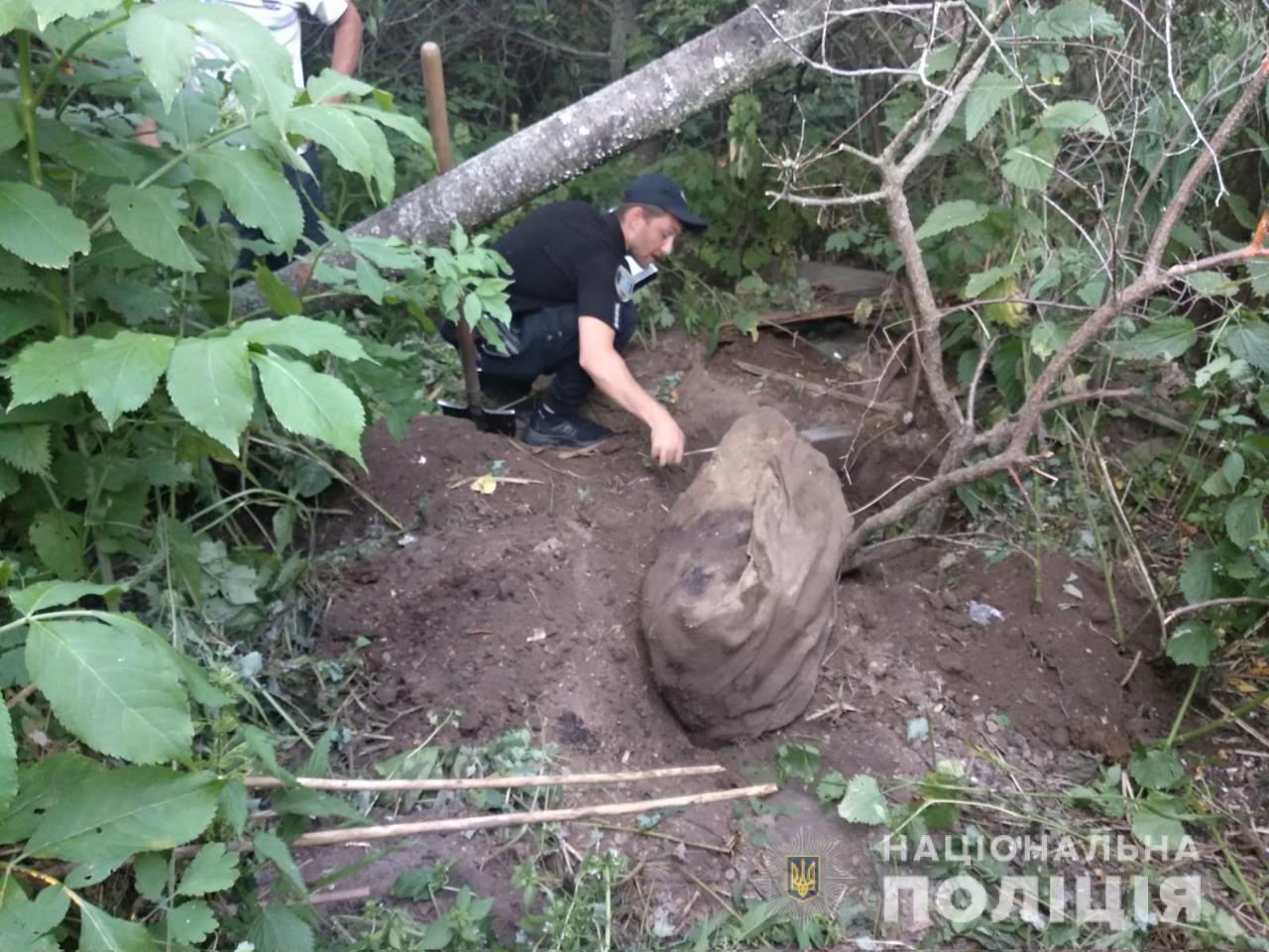 Тіло зловмисник приховав у декількох місцях у лісі, а також у дворі будинку