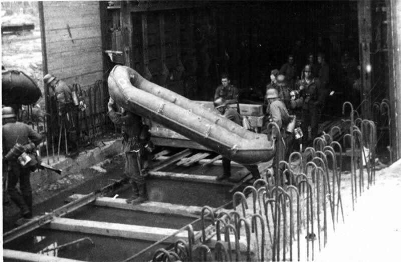 Німці біля одного з тунелів.