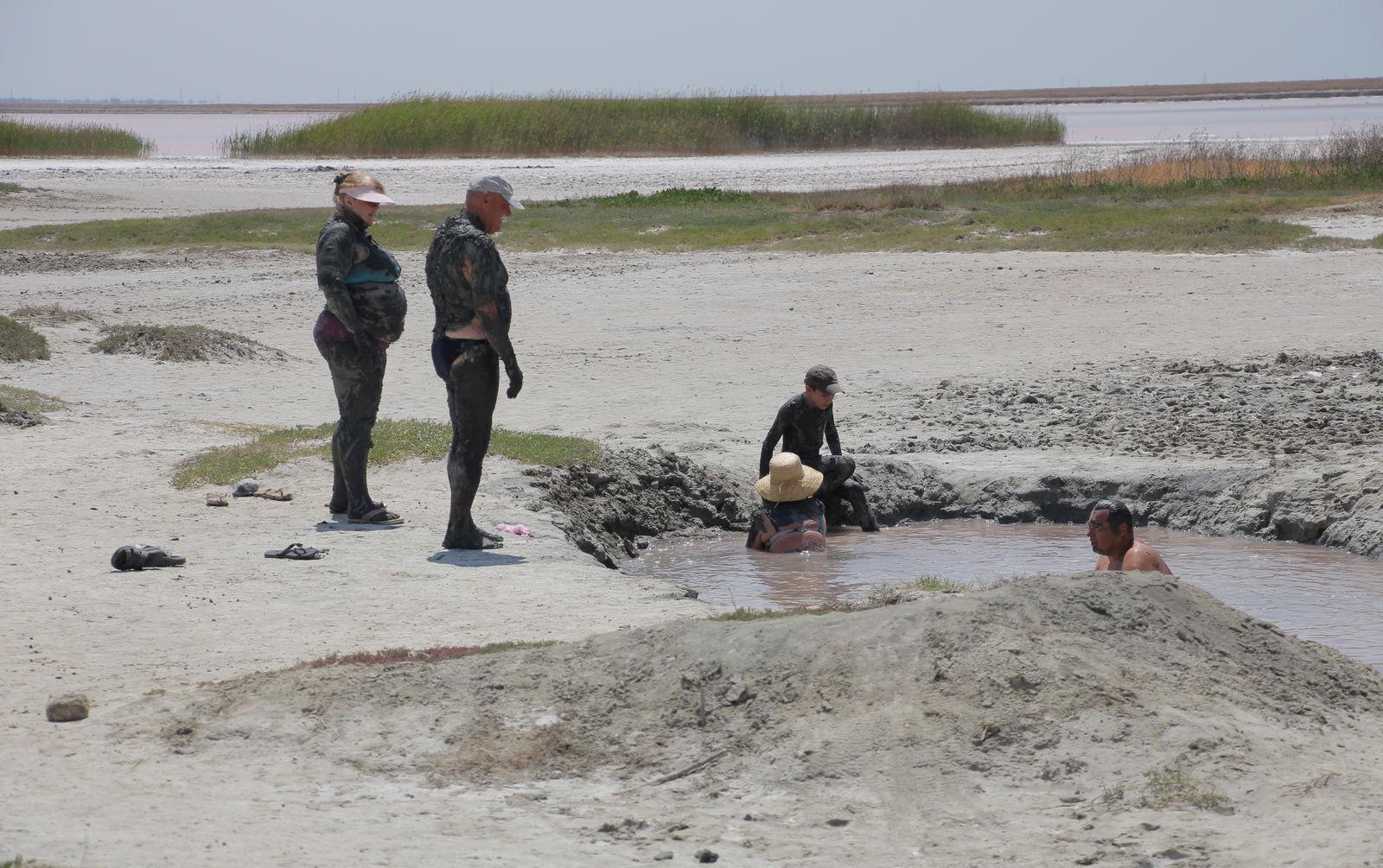 У Приазов'ї є величезна кількість лиманів, гарячих джерел і солоних озер із лікувальними грязями
