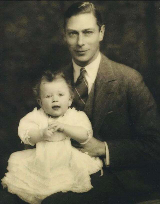 Елизавета II в детстве с отцом Георгом VI