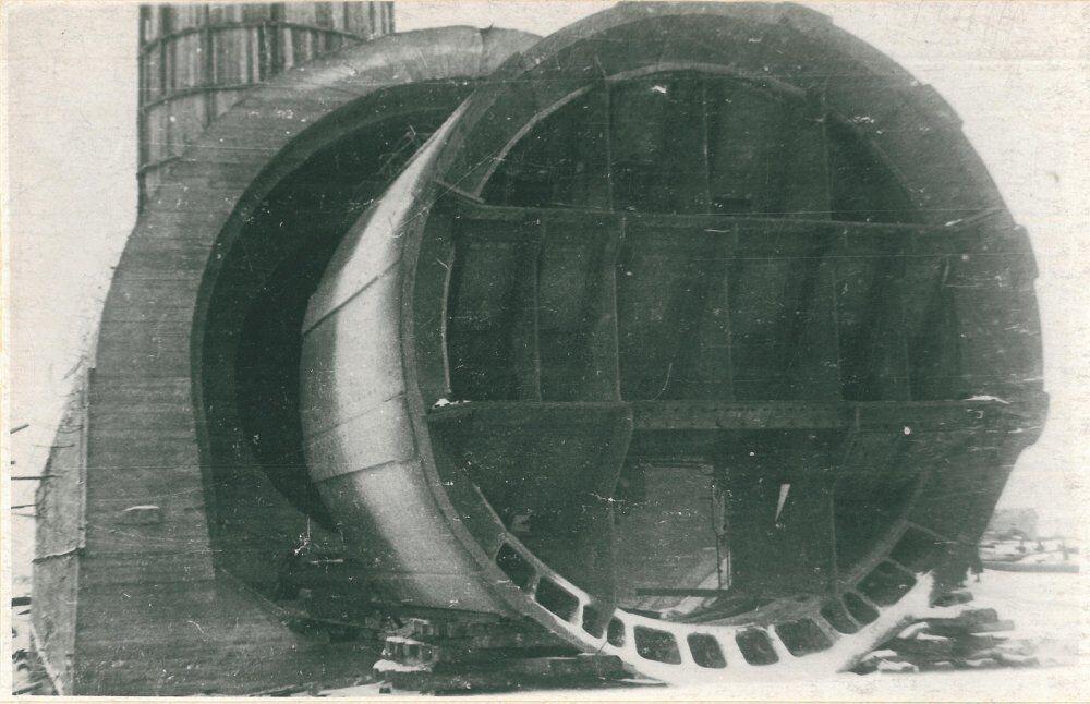 Будівництво кесона для тунелю під Дніпром.