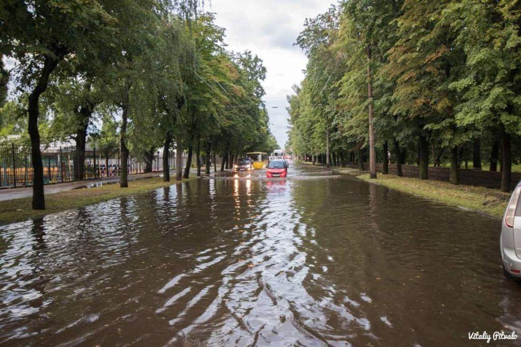 Машини плавають вулицями в Черкасах.