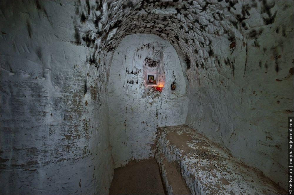 У печерах у глині вирізані лежаки для ченців.