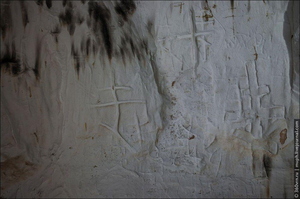 На стінах можна побачити вирізані в глині хрести та ікони.