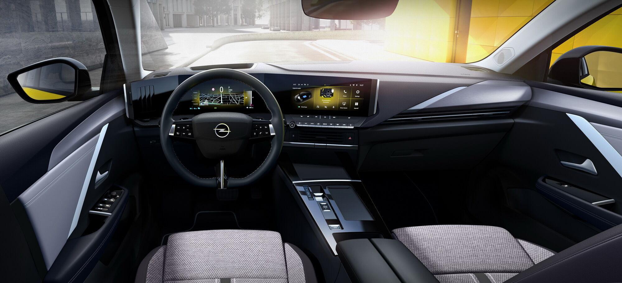 Уже в базовой комплектации автомобиль получил цифровой кокпит Pure Panel с двумя 10-дюймовыми экранами