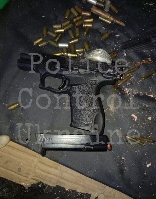 У машині офіцера знайшли арсенал зброї.