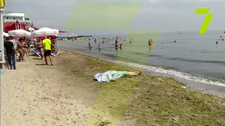 Поруч купалися люди