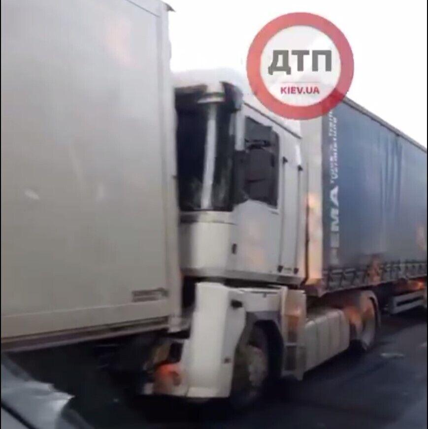 Предварительно, в результате ДТП погиб один из водителей.