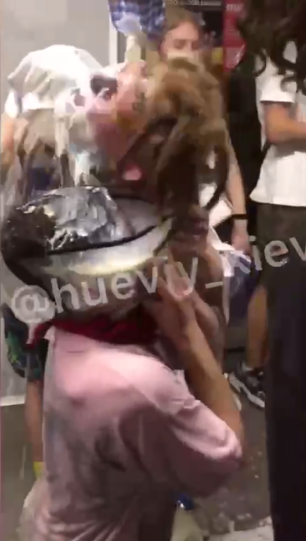 Другий хлопець обливався молоком