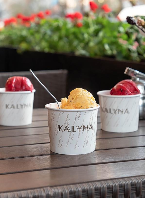 Мороженое с клубникой и манго