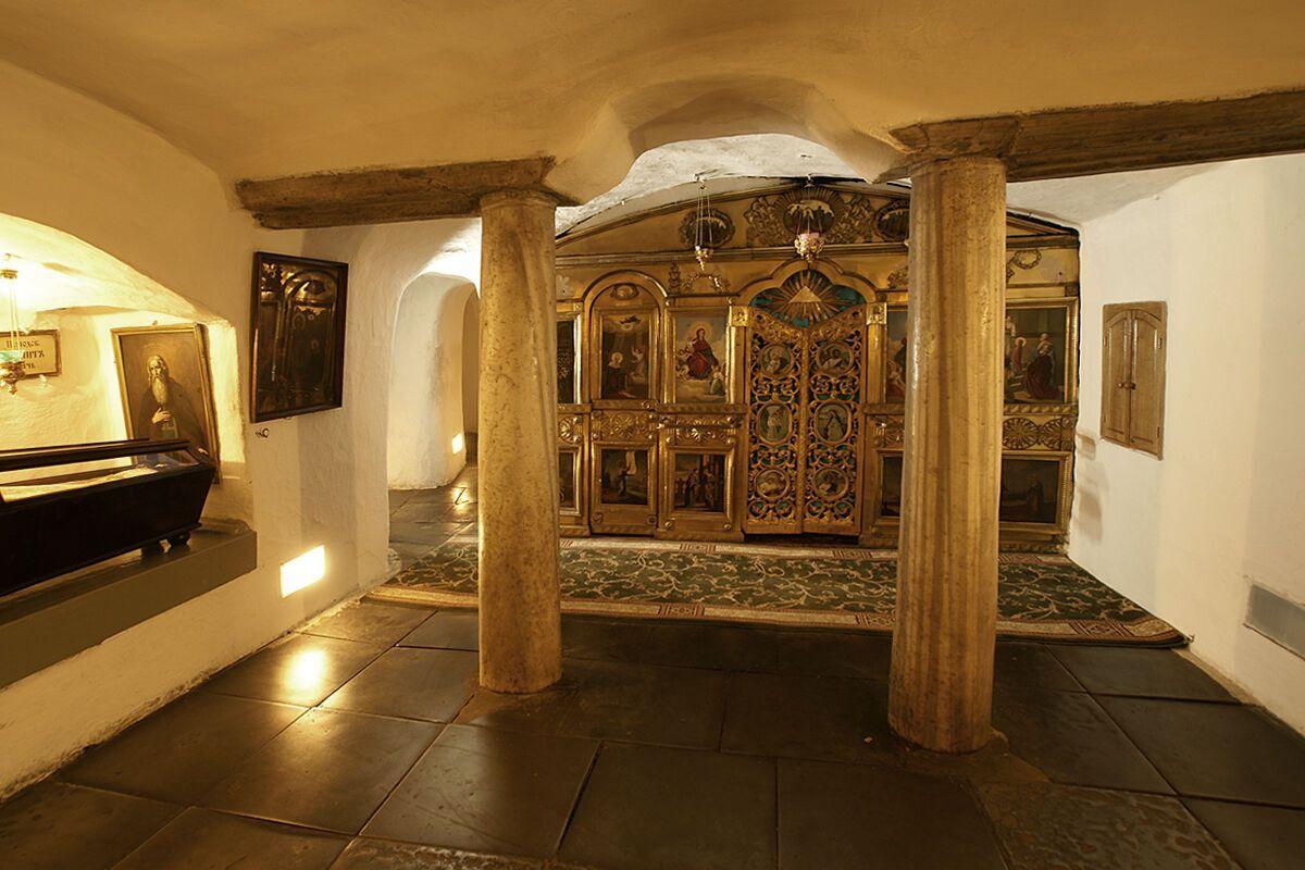 У печерах лаври є три підземні церкви.