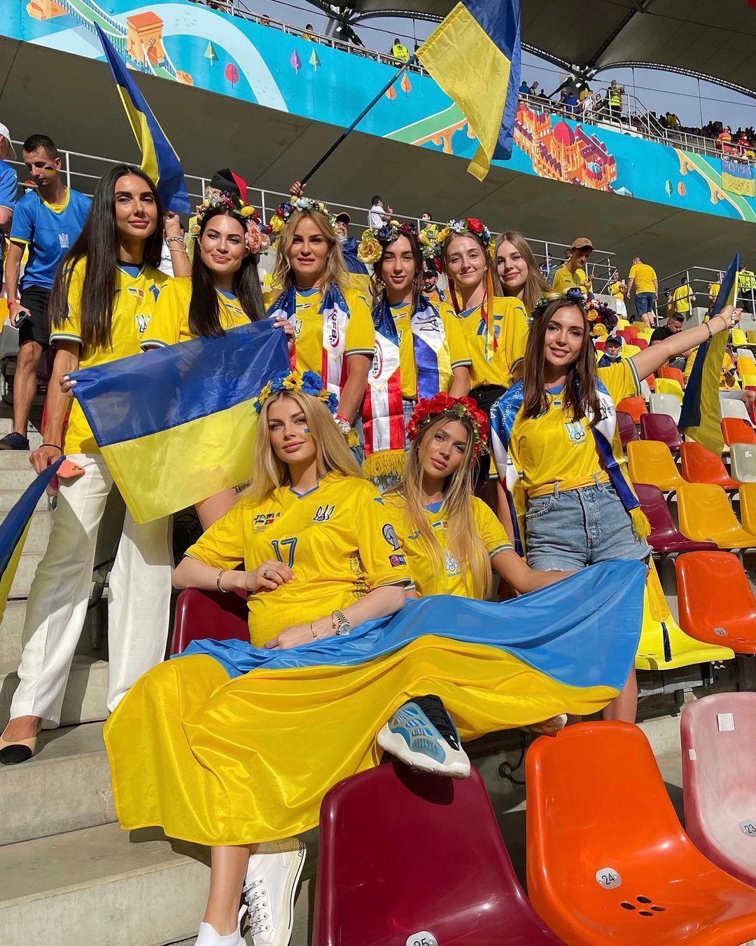Влада Седан Щеглова с женами других игроков сборной