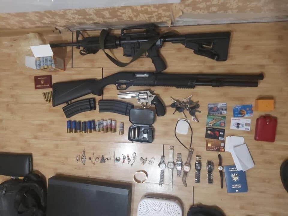 Во время обысков у подозреваемых изъяли оружие.